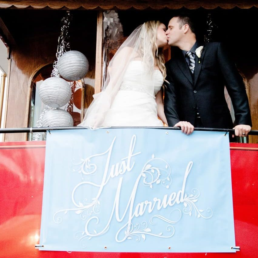 vancouver-trolley-wedding-kiss